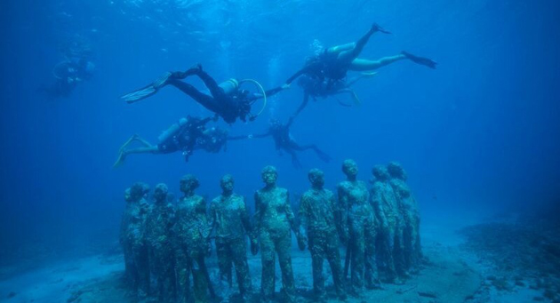 Divers uw with statues